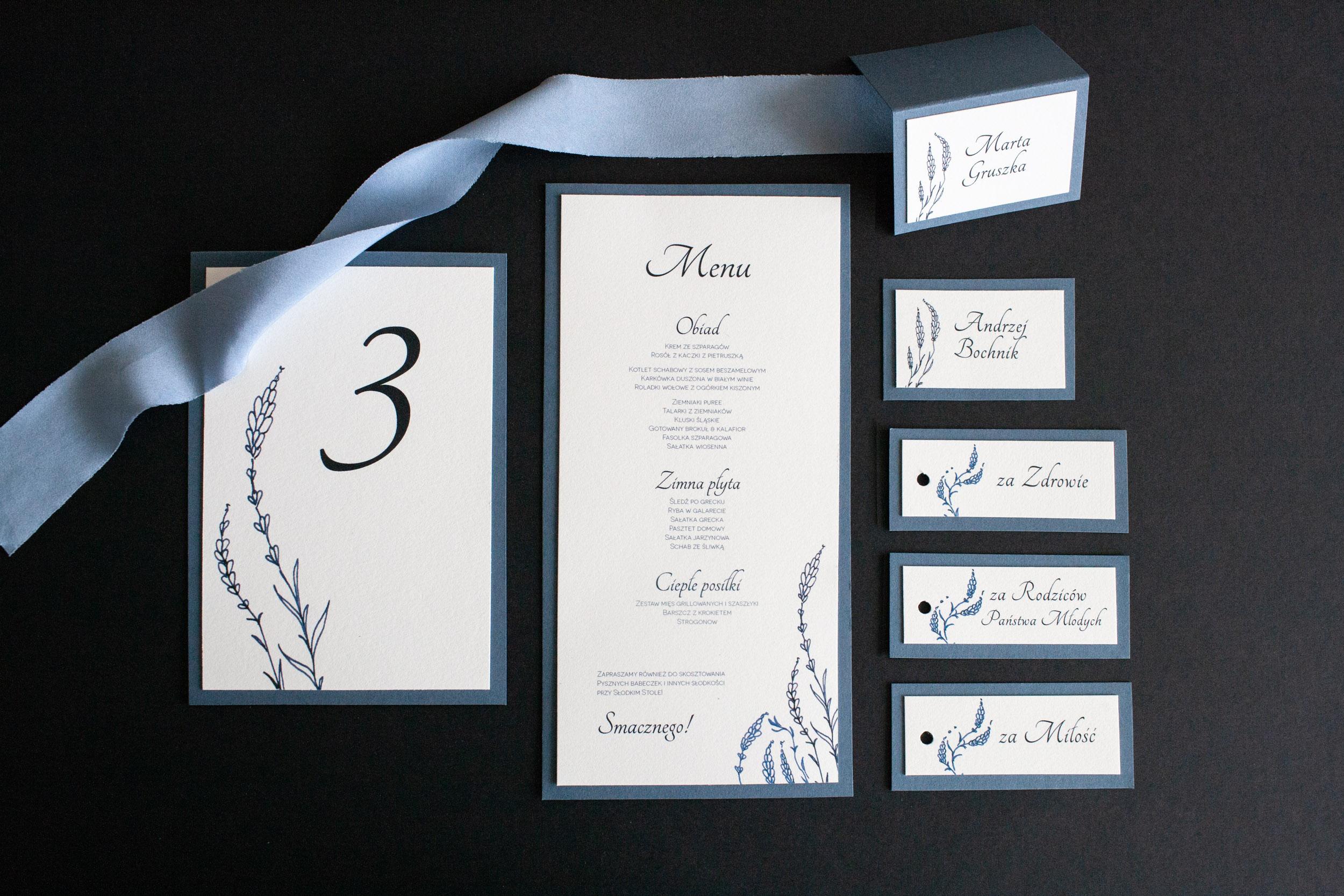 dusty blue, dodatki ślubne, zaproszenia, winietki, menu, zawieszki